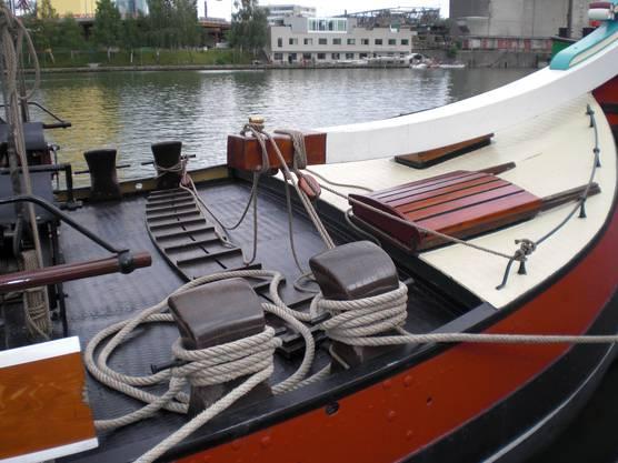 """Detail: Hier sieht man, woher der Begriff """"Rudergänger"""" kommt: Dieser muss, um die Pinne zu bedienen, sich über ganze Schiffsbreite bewegen, also buchstäblich gehen. Um bei nassem Deck und krängendem Schiff ein Ausrutschen zu verhindern, sind Querrippen angebracht."""