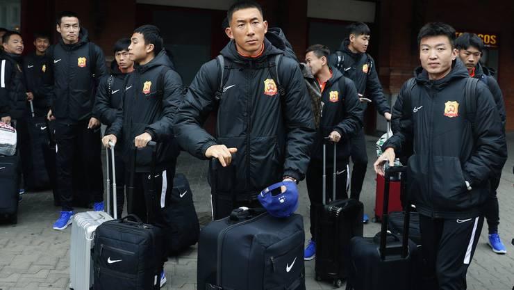 Die Spieler des Wuhan Zall FC haben am Wochenende die Heimreise angetreten. Dieses Bild ist gut sechs Wochen alt. Damals trugen die Chinesen bei der Ankunft in Spanien noch keine Atemmasken.