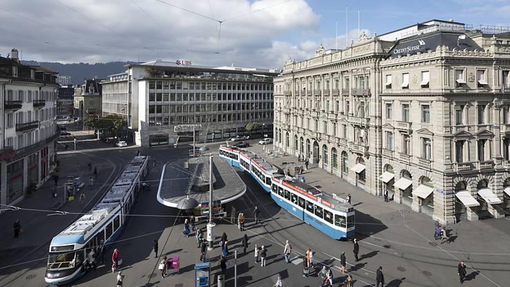 Der UBS wird der zentrale Zürcher Paradeplatz zu teuer für Dienstleistungen ohne direkten Kundenkontakt. Deswegen müssen Mitarbeitende, die sich um Kontoeröffnungen oder Wertschriftenabwicklung kümmern, in die Peripherie umzuziehen, zum Beispiel nach Biel. (Archiv)