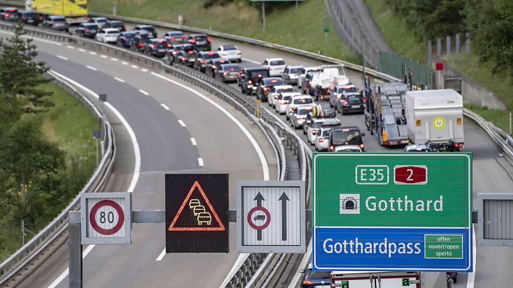 Pfingstverkehr sorgt erneut für langen Stau vor dem Gotthardtunnel