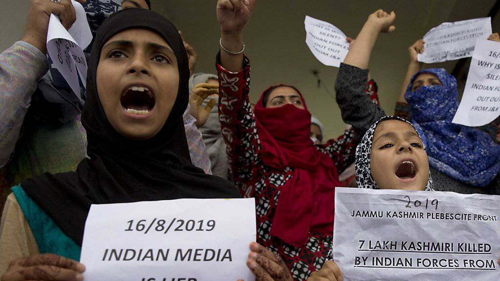 Junge Musliminnen demonstrieren in Srinagar.