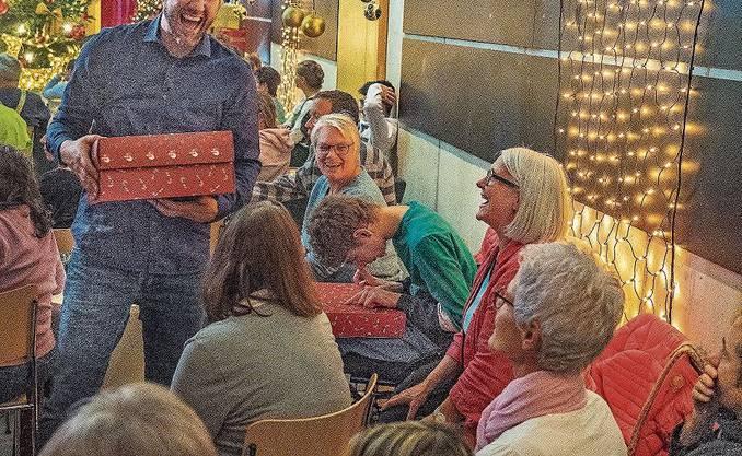 Weihnachten im November: Moderatoren Röbi Koller und Kiki Mäder , Sängerin Linda Fäh und Manuel Burkart, die eine Hälfte von «Divertimento» (von links) bei den Dreharbeiten in der Stiftung Lebenshilfe.Bild: Remo Conoci/Wynentaler Blatt