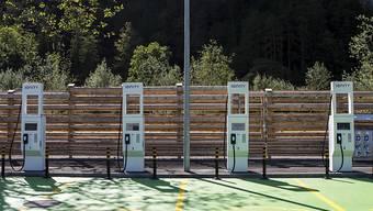 Für Elektrofahrzeuge sollen spezielle Parkzonen mit Ladestationen geschaffen werden. Das fordert der Nationalrat. (Symbolbild)