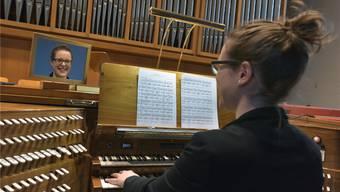 Die Gretzenbacherin Katja Deutschmann an der Orgel der römisch-katholischen Kirche in Schönenwerd. bruno Kissling