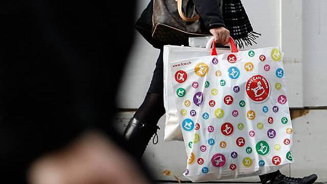 Bahnhofstrasse Zürich: Eine Frau trägt eine Einkaufstasche