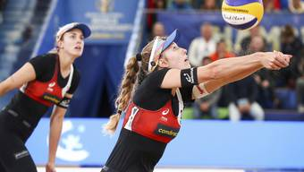 Fokus auf den Ball: Nina Betschart (links) und Tanja Hüberli.