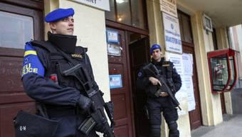EU-Polizisten bewachen ein Abstimmungslokal in Nord-Mitrovica