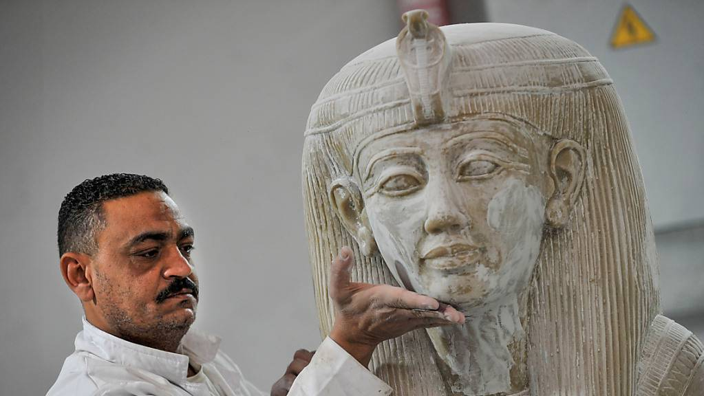 Ein Handwerker arbeitet in der Konouz-Fabrik an einer Modellreplik einer altägyptischen Statue. Die Fabrik ist die Erste für archäologische Reproduktionen in der Region. Foto: Mohamed Shokry/dpa