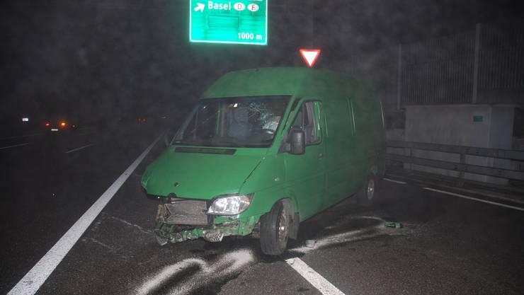 Nach der Kollision schleuderte der Lieferwagen in die rechte Leitplanke.