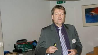 Urs Niffeler referiert am Gemeindeseminar über das Pflegegesetz.  ach