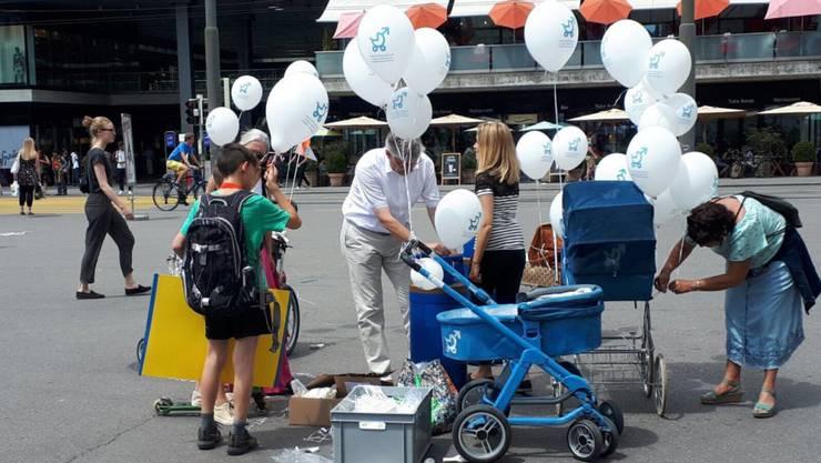 Die erste Zeit nach der Geburt eines Kindes sei besonders intensiv für eine junge Familie, argumentieren die Urheber der Initiative für einen Vaterschaftsurlaub. Heute reichten sie die Unterschriften bei der Bundeskanzlei in Bern ein.
