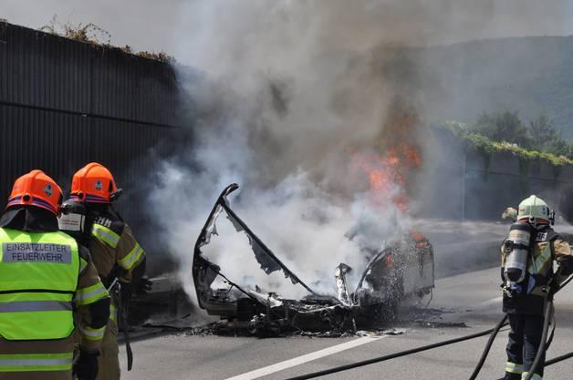 Trotz raschem Löscheinsatz der Feuerwehr brannte der Wohnwagen vollständig aus.