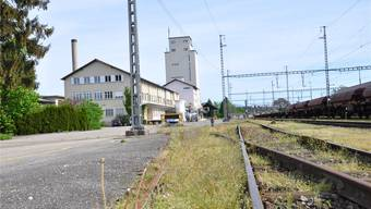 Hier entlang den Bahngeleisen soll die geplante Quartiersammelstrasse West vorbeiführen.mwo