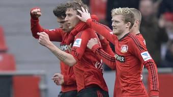 Leverkusener Spieler jubeln über das 1:0