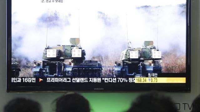 Südkoreaner schauen sich ein Panzermanöver an