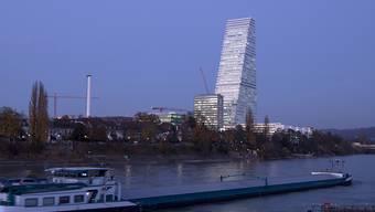 Die Pharmabranche spürt die Preissenkungen: der Roche Tower im Kleinbasel (Archivbild).