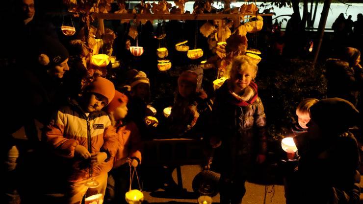 Heute Abend fand in Weiningen der erste Räbeliechtliumzug in der Region statt.