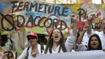 Angestellte von Merck Serono protestieren am 10. Mai in Genf