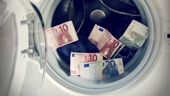 1600000000000 Dollar werden pro Jahr gewaschen.