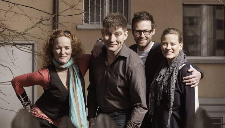 Fabienne Hadorn (verschiedene Rollen), David Bröckelmann als Kasperli und die beiden Autoren Nik Hartmann und Andrea Jansen (von links)