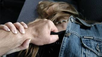 In einer Garageneinfahrt im Claragraben vergriff sich der Mann an der Frau. (Symbolbild)