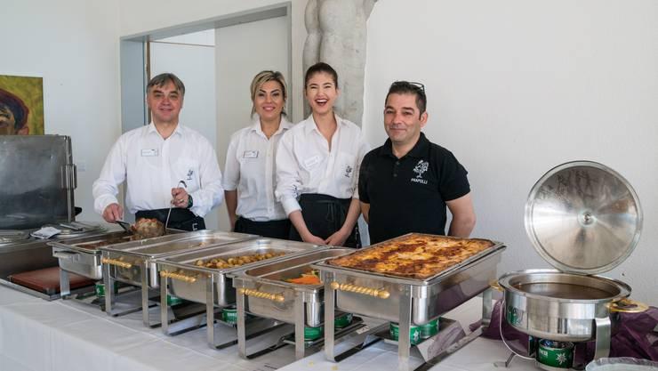 Elio Frapollis (links) Brunch-Team ist bestens eingespielt. Dem Dietiker Gastronomen liegt der Bruno-Weber-Park am Herzen.
