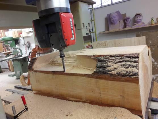 Die Körper der Skulpturen hat Hanspeter Vock aus ganzen Baumstämmen gefräst, die Köpfe jedoch aus verleimtem Holz, damit es dort keine Risse gibt.