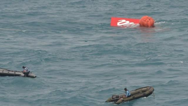 Ein Heckteil der AirAsia-Maschine schwimmt an der Meeresoberfläche