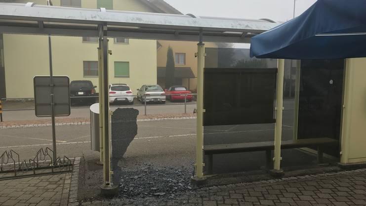 Auch diese Bushaltestelle wurde von den Vandalen heimgesucht.