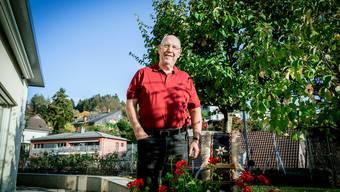 Ernst Walser in seinem Garten in Oetwil mit der Glocke für seinen dritten Platz am Niklausschwinget im Jahr 1969.