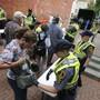 Die Polizei in Charlottesville kontrolliert Taschen. Zum Jahrestag der tödlichen Ausschreitungen an diesem Sonntag haben die Stadt Charlottesville und der Bundesstaat Virginia aus Sorge vor neuen Zwischenfällen den Notstand ausgerufen.