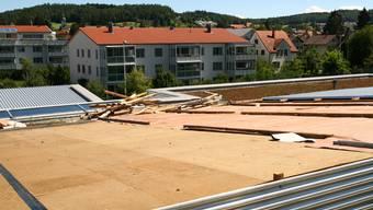 Dachschaden: Der Sturm hatte ganze Wellblechplatten aus der Verankerung gerissen und weggetragen.