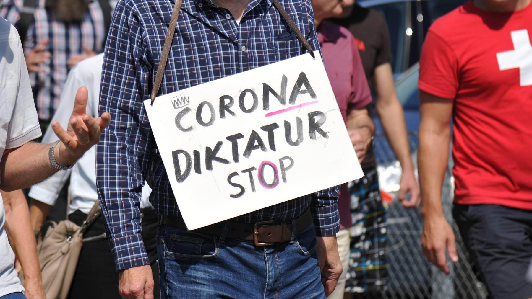 Teilnehmer einer Anti-Corona-Demo in Flüelen. Der Verein «Freunde der Verfassung» lanciert das Referendum gegen das Covid-19-Gesetz.
