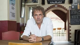 Alex Capus in seiner Galicia-Bar, dem Schauplatz seines neuesten Romans «Das Leben ist gut». Im Buch heisst das Lokal Sevilla.