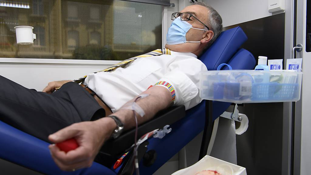Bundespräsident Parmelin und Parlamentarier spenden Blut