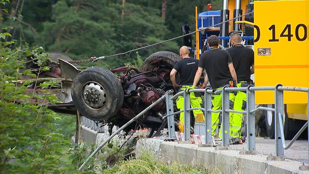 Lastwagen stürzt 300 Meter in den Bach