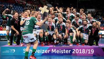 Grosse Emotionen, grosse Ehre: Der zurücktretende Verteidiger Dave Wittwer stemmt den Meister-Pokal in die Höhe.