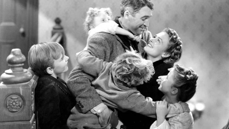 George will sich an Weihnachten von einer Brücke stürzen. Da zeigt ihm ein Engel, wie vielen Menschen er am Herzen liegt, und George findet wieder zum Leben. Ein Märchen in absolut bester Hollywood-Manier mit dem stets charmanten James Stewart.