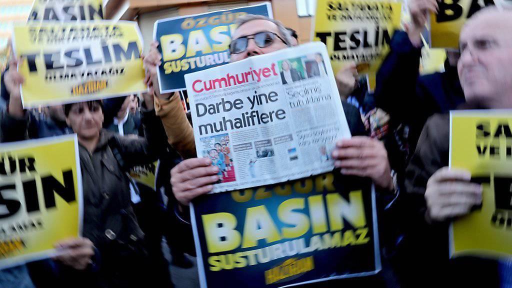 Die Zeitung Cumhuriyet ist eines der letzten Opfer des rigorosen Vorgehens der Regierung gegen kritische Medien in der Türkei. Viele Journalistinnen und Journalisten landeten in den letzten Monaten im Gefängnis.