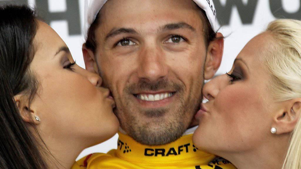 Fabian Cancellara geniesst es, von den Ehrendamen die Siegesküsschen zu erhalten