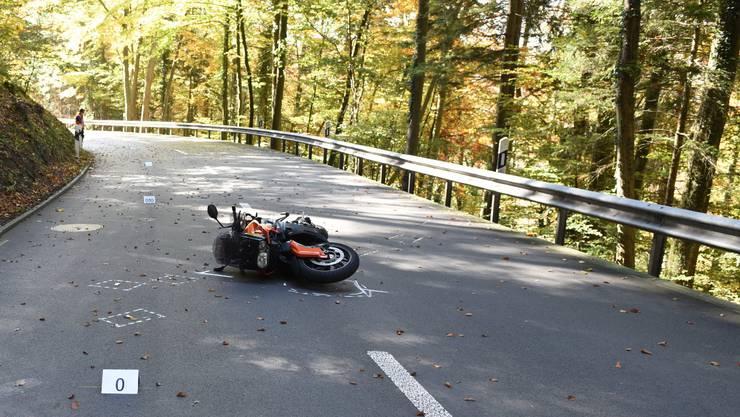 Der Motorradfahrer prallte in die Leitplanke und stürzte.
