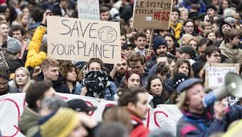 Tausende Jugendliche gehen in Lausanne für den Klimastreik auf die Strasse.