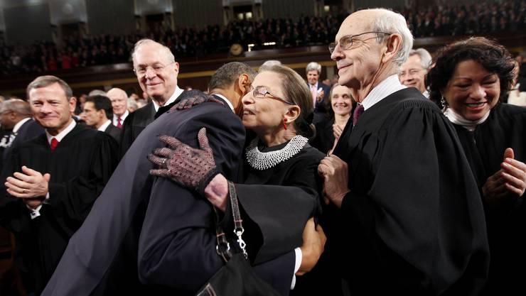 US-Richterin Ginsburg 2011 mit dem damaligen Präsidenten Barack Obama. Er will ihre Nachfolge erst nach der Präsidentschaftswahl regeln.