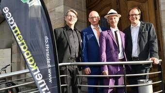 Von links: Alex Summermatter (Gesamtleitung Kabarett-Tage), die Cornichonpreisträger Michel Gsell (Schertenlaib) und Gerhard Tschan (Jegerlehner) sowie Rainer von Arx (künstlerische Leitung Kabarett-Tage).