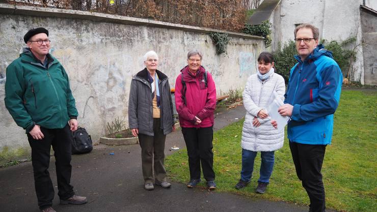 Bei der Kirche St. Nikolaus in Brugg startet jeden Freitag in der Fastenzeit um 7 Minuten vor 7 Uhr ein ökumenisches Morgenpilgern.Rolf Zaugg (ganz links), Agnes Oeschger (Mitte) und Simon Meier (ganz rechts) begleiten als Seelsorgende die Pilgerinnen und Pilger.
