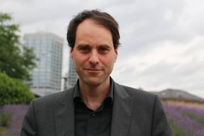 Roland ImhoffDer Sozial- und Rechtspsychologe Roland Imhoff lehrt und forscht an der Gutenberg-Universität in Mainz (DL). Er beschäftigt sich seit Jahren mit Verschwörungstheorien und deren Anhängern.
