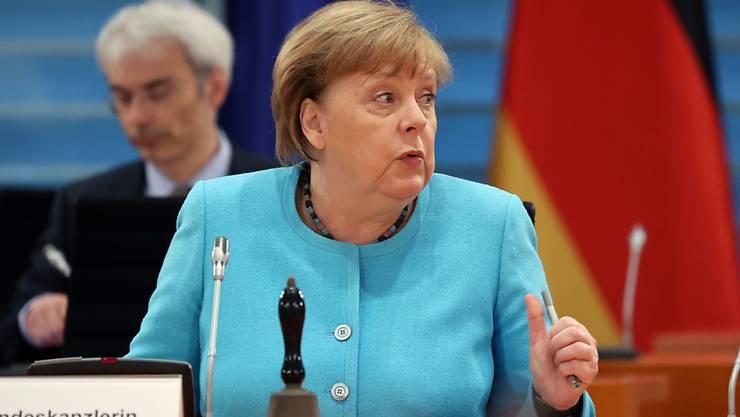 Bundeskanzlerin Angela Merkel (CDU) sitzt vor der wöchentlichen Kabinettssitzung im Bundeskanzleramt an ihrem Platz. Foto: Fabrizio Bensch/reuters-Pool/dpa