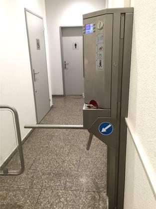 Vor der Toilette im Löwenzentrum wurde eine Drehtür installiert.