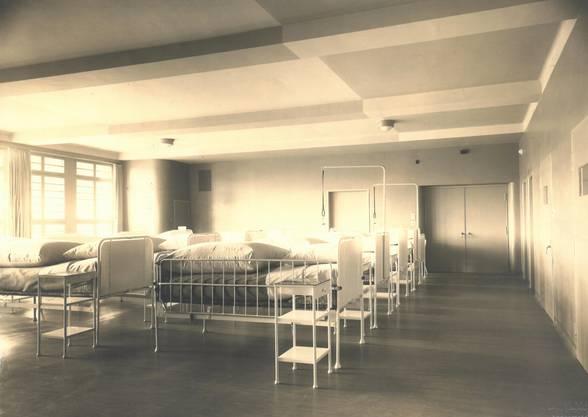 Historische Bilder der Psychiatrie Baselland PBL. Wachsaal Haus A 1940er-Jahre, Klinik Hasenbühl. Liestal.