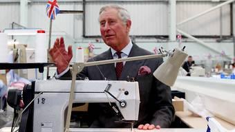 Im Moment gibt es für Prinz Charles nur wenig zu lachen, was die Industrie Britanniens anbelangt: Der Prinz in einer Fabrik in Gloucestershire (Archivbild).